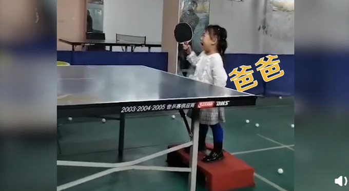 """3岁女孩哭着打乒乓仍精准接到,生活没有""""容易""""二字"""