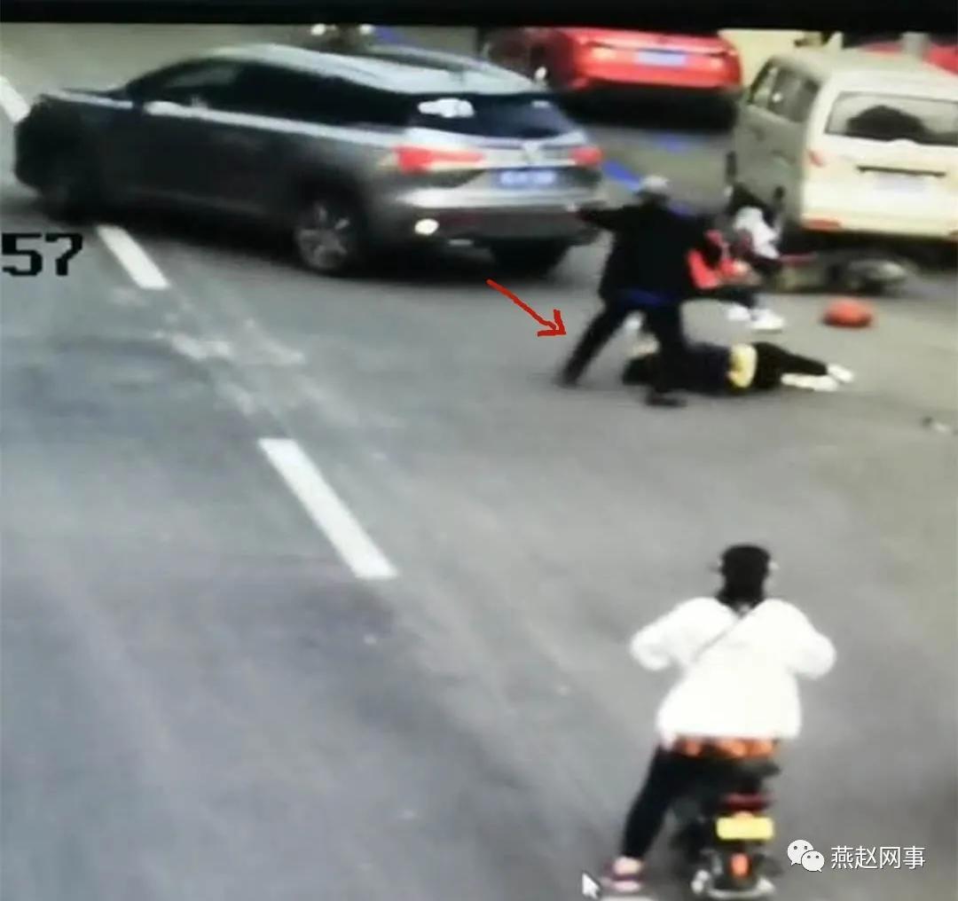 女子当街遭前男友驾车碾压画面曝光 看的让人心惊胆战